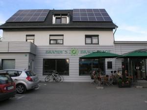 War mal eine Tankstelle, jetzt eine feine Micro-Brauerei: Brandys Braugarage in Wallersdorf
