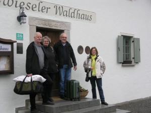 Im Zwieseler Waldhaus kann man gut übernachten. Es ist das älteste Wirtshaus im Bayerischen Wald und ist wohltuend reduziert eingerichtet. Das alte Gemäuer kommt in der Wirtsstube wunderbar zur Geltung.