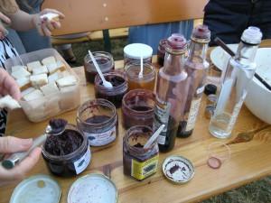 Asters Produktpalette: Fruchtaufstriche, Essig, Senf, alles auf der Basis von Holunder