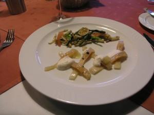 Forellen-Sashimi, mariniert mit Hopfenlikör, pikanter Hopfenspargelsalat mit roten Zwiebeln, Gurken, Zuckererbsen