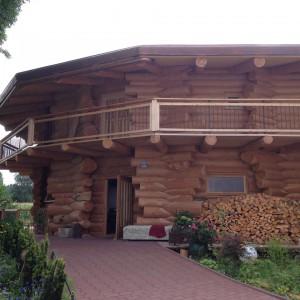 Das Blockhaus von Kornelia Buchner wirk außen massiv, ist innen aber hell und gemütlich