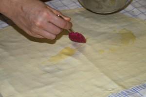 Flüssige Butter auf den ausgezogenen Teig verstreichen