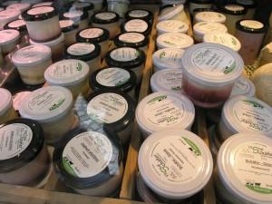 Eine breite Palette an Schafmilchprodukten wird in der hauseigenen Molkerei hergestellt