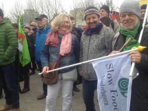 2000 Menschen versammelten sich im Klostergarten